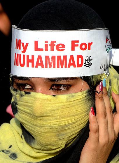"""""""חיי עבור מוחמד"""". מפגינה נגד הסרט הלעגני בפקיסטן (צילום: EPA)"""