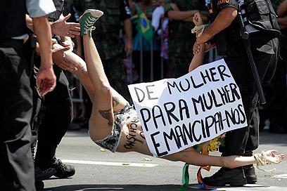 """פעילה מפגינה בברזיל. """"מאישה לאישה, נשחרר את עצמנו"""" (צילום: רויטרס) (צילום: רויטרס)"""