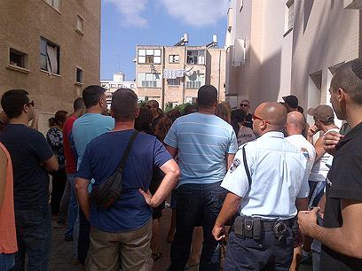 התושבים מפגינים ברחוב ()