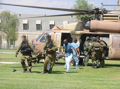 החייל הפצוע מגיע לבית החולים סורוקה בבאר שבע (צילום: הרצל יוסף) (צילום: הרצל יוסף)