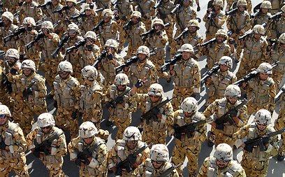 חיילי בסיג' איראנים. בשביל זה יש להם כסף (צילום: AFP) (צילום: AFP)