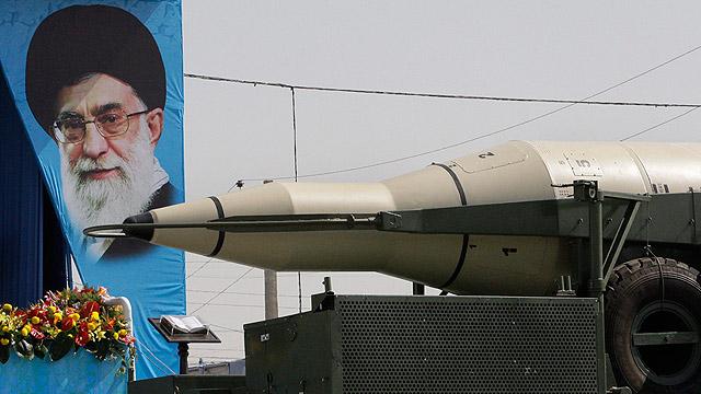 תמונת המנהיג הרוחני העליון חמינאי במהלך מצעד צבאי בטהרן (צילום: AP)