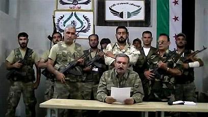 הודעה של המורדים על העברת המפקדה מטורקיה לסוריה (צילום: AFP PHOTO/YOUTUBE) (צילום: AFP PHOTO/YOUTUBE)