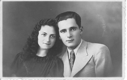 תמונת האירוסין היחידה של האם ובעלה הראשון דוד, שנרצח מיד לאחר החתונה ()