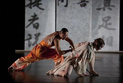 הרקדנים מבצעים על הבמה את משנת החיים של הקומיסקאי היפני (צילום: Hugo Glendinning) (צילום: Hugo Glendinning)