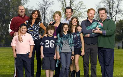 """עם החברים לסדרה """"משפחה מודרנית"""" (מתוך הסדרה) (מתוך הסדרה)"""