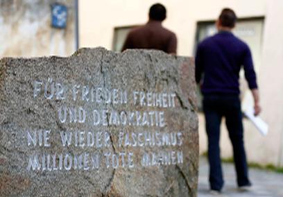 אנדרטה המזכירה לבאי המקום את הרוע שצמח ממנו (צילום: רויטרס) (צילום: רויטרס)
