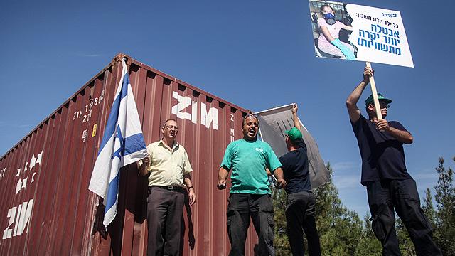 מחאת עובדי פניציה בכניסה למפעל מחשש לפיטורים (צילום: אבישג שאר-ישוב) (צילום: אבישג שאר-ישוב)