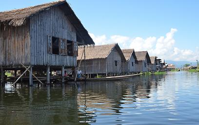 כ-150 אלף חיים כאן. בקתות באגם אינלה בבורמה (צילום: גדעון סרט )