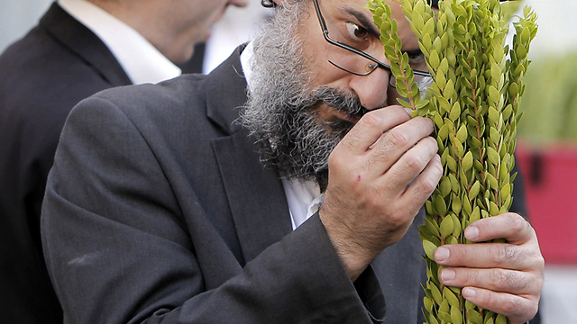A customer examines myrtle branches for their quality (Photo: AFP)