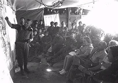 """מסביר לראש הממשלה מאיר במהלך המלחמה (צילום: יצחק שגב, לע""""מ) (צילום: יצחק שגב, לע"""