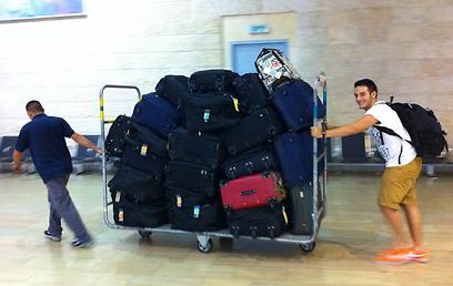 """הבן אייזיק והמזוודות בנתב""""ג. חלק מהציוד נותר במילאנו  (צילום: תרי לוי) (צילום: תרי לוי)"""
