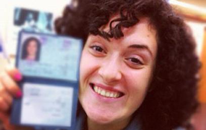 אסתר (תרי) עם תעודת הזהות הישראלית (צילום: תרי לוי) (צילום: תרי לוי)
