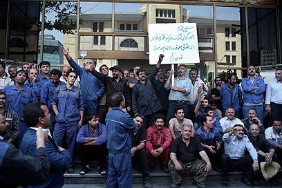 הפגנות עובדים באיראן בשל המצוקה הכלכלית (צילום: AP) (צילום: AP)