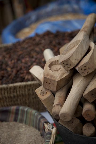 הסבתא העיראקית תתמוגג. כלי יעודי להכנת עטאייף ומעמולים (צילום: תום להט) (צילום: תום להט)