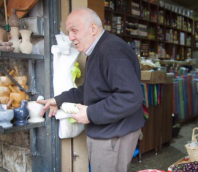 שווה להצטייד כאן במכתש ועלי. דוכן בשוק הישן של מרכז נצרת (צילום: תום להט) (צילום: תום להט)