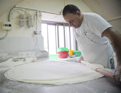 """מכין את בצק הבקלאווה. עמאר, האופה של """"אבו מחרום"""" (צילום: תום להט) (צילום: תום להט)"""