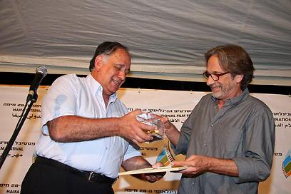 """מפיק """"למלא את החלל"""" אסף אמיר מקבל את הפרס מראש העיר יונה יהב (צילום: גוסטבו הוכמן)"""