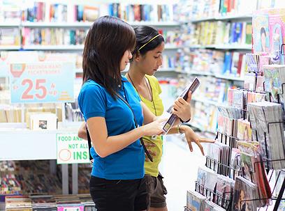 """גם בחו""""ל מתנהגים כך בחנויות ספרים? אילוסטרציה  (צילום: shutterstock) (צילום: shutterstock)"""