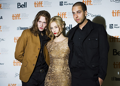 "קרוננברג (מימין) עם כוכבי הסרט ""Antiviral"" בטורונטו (צילום: AP)"