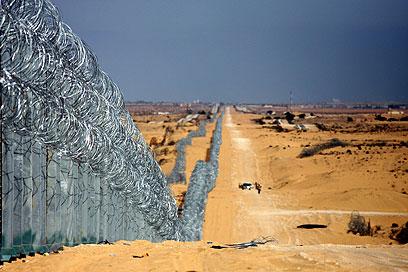 """""""הבעיות נשארות בצד השני"""". הגדר בגבול ישראל מצרים (צילום: רועי עידן ) (צילום: רועי עידן )"""