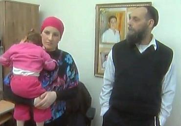 """""""אין יום שאני לא שואל למה זה קרה לנו"""". הרב הראל וחנה בתו עם הנכדה (צילום: באדיבות הערוץ הראשון)"""