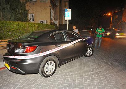 אלמוני ניפץ את שמשות הרכב ותקף את קופמן (צילום: בני דויטש) (צילום: בני דויטש)