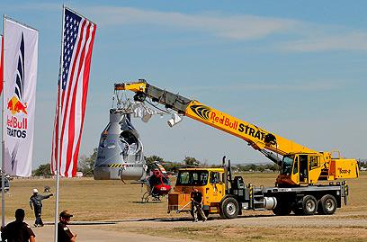 הקפסולה מובאת לאתר השיגור (צילום: AP) (צילום: AP)