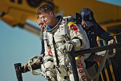 באומגרטנר לפני כניסתו לקפסולה (צילום: AP) (צילום: AP)