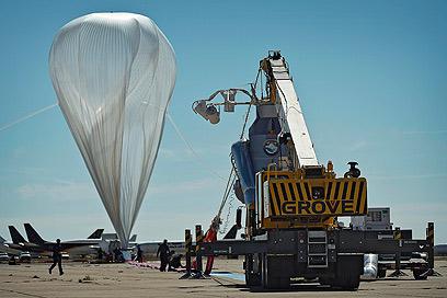 בלון ההליום בשלבי ניפוח באתר השיגור בניו מכסיקו (צילום: EPA) (צילום: EPA)
