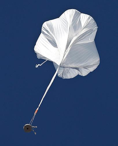 הבלון והקפסולה באוויר (צילום: AP) (צילום: AP)