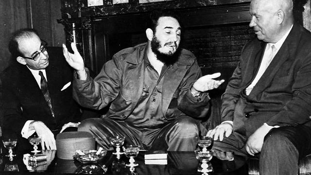 """מנהיג של גרורה סובייטית, שהיתה תלויה לחלוטין בסיוע של ברה""""מ. חרושצ'וב (מימין) וקסטרו ב-1960 (צילום: AP)"""