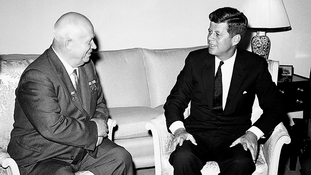 קנדי עם שליט ברית המועצות ניקיטה חרושצ'וב  (צילום: AP)