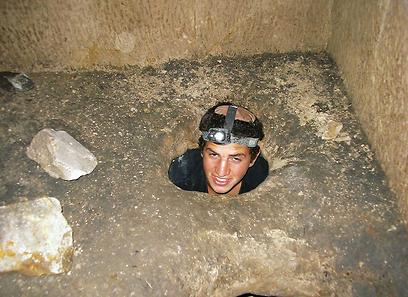 """אחיקם עמיחי ז""""ל במערת גוש חלב (צילום: באדיבות טבע הדברים) (צילום: באדיבות טבע הדברים)"""