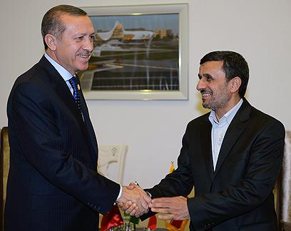 ארדואן עם נשיא איראן אחמדינג'אד. בתחרות הזו, הוא מוביל (צילום: AP)