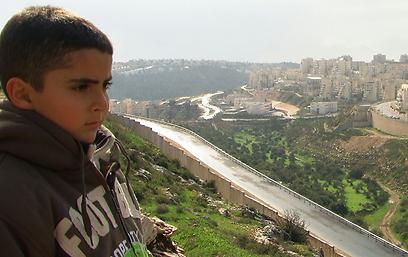 """הפרספקטיבה הפלסטינית. מתוך """"חמש מצלמות שבורות"""" (צילום: עימאד בורנאט) (צילום: עימאד בורנאט)"""