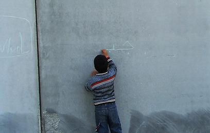 """הצעד הרע של הגדר. מתוך """"חמש מצלמות שבורות"""" (צילום: עימאד בורנאט) (צילום: עימאד בורנאט)"""