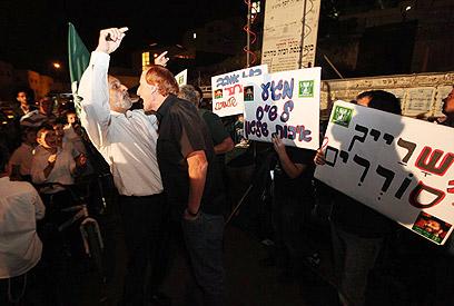 הפגנה מול בית הרב יוסף נגד צירוף דרעי, הערב (צילום: גיל יוחנן) (צילום: גיל יוחנן)