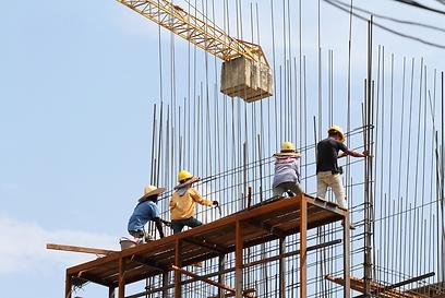 עובדים תחת כיפת השמיים (צילום: shutterstock) (צילום: shutterstock)