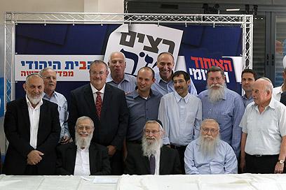 חיוכים בשבוע שעבר. בנט לצדו של הרשקוביץ (במרכז) (צילום: אלכס קולומיסקי) (צילום: אלכס קולומיסקי)