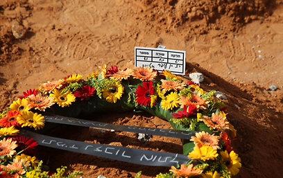 קברו הטרי של רז, שהובא למנוחות בצהריים (צילום: מוטי קמחי) (צילום: מוטי קמחי)