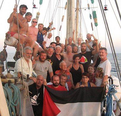 הפעילים הפרו פלסטיניים על סיפון הספינה, לפני הפשיטה (צילום: EPA) (צילום: EPA)