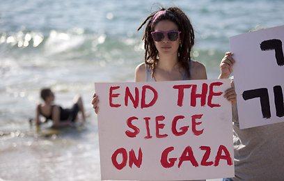 מפגינה פרו פלסטינית ממתינה לפעילי המשט בחוף באשדוד (צילום: EPA) (צילום: EPA)