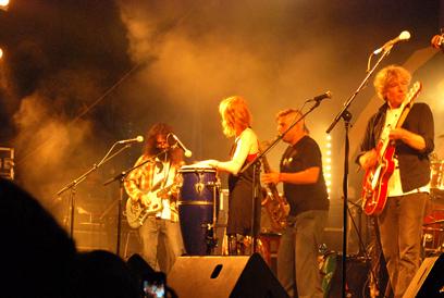 להקת A1 מארחת את ברי סחרוף על הבמה   (צילום: נעה פוסק) (צילום: נעה פוסק)