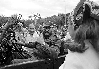"""ארה""""ב לא הייתה מוכנה לפציפיסטים. מקגוורן וקסטרו הקובני ב-1975 (צילום: AP) (צילום: AP)"""