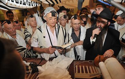 """""""אמנם באיחור של 70 שנה, אבל עדיין - ניצחון גדול"""". ניצולי השואה עולים לתורה (צילום: הקרן למורשת הכותל)"""