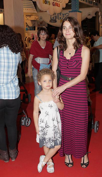 גדלה הקטנה. לוסי דובינצ'יק ואלמה (צילום: שוקה כהן)