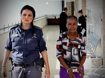 ג'יסמא מובאת לאחד הדיונים בעניינה בבית המשפט (צילום: אבי מועלם) (צילום: אבי מועלם)