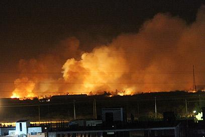 אש במפעל. גגות הבתים ליד הועפו והחלונות התנפצו (צילום: EPA) (צילום: EPA)