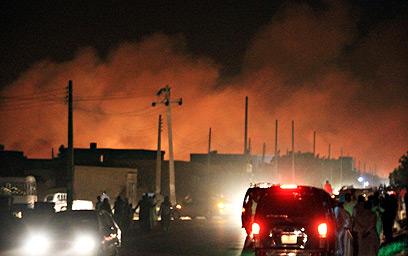 אש במפעל בסודן, לפנות בוקר (צילום: רויטרס) (צילום: רויטרס)